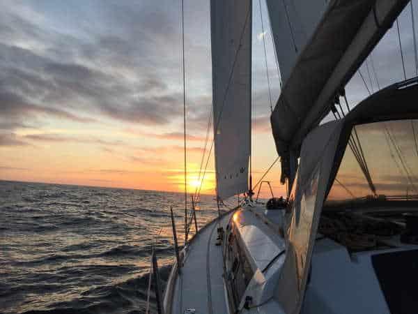 Abendstimmung auf dem Segeltörn nach England. Die Dufour 382 Grand Large liegt ruhig im Wasser.